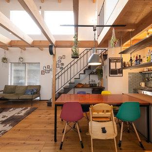 他の地域のインダストリアルスタイルのおしゃれなキッチン (木材カウンター、グレーのキッチンパネル、無垢フローリング、茶色い床、茶色いキッチンカウンター) の写真