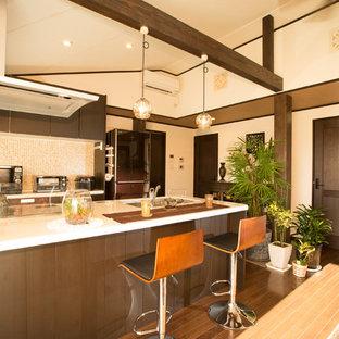 他の地域のアジアンスタイルのおしゃれなキッチン (シングルシンク、無垢フローリング、茶色い床) の写真