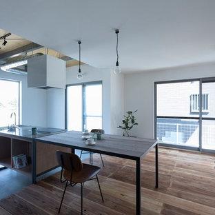 他の地域の中サイズのインダストリアルスタイルのおしゃれなキッチン (アンダーカウンターシンク、オープンシェルフ、中間色木目調キャビネット、コンクリートカウンター、ベージュキッチンパネル、磁器タイルのキッチンパネル、黒い調理設備、コンクリートの床、グレーの床、グレーのキッチンカウンター) の写真