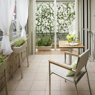 Idee per una piccola veranda scandinava con soffitto in vetro e pavimento marrone