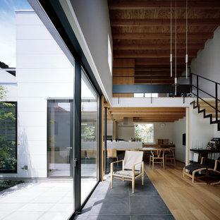 Inspiration pour une véranda minimaliste de taille moyenne avec un sol en contreplaqué.