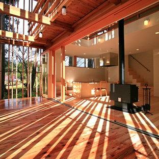 他の地域のアジアンスタイルのおしゃれなサンルーム (淡色無垢フローリング、薪ストーブ、ベージュの床) の写真