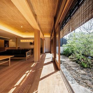 Réalisation d'une petit véranda asiatique avec un sol en bois brun, un plafond standard et un sol marron.