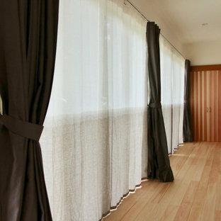 Modelo de galería de estilo zen, de tamaño medio, sin chimenea, con suelo de madera en tonos medios, techo estándar y suelo blanco