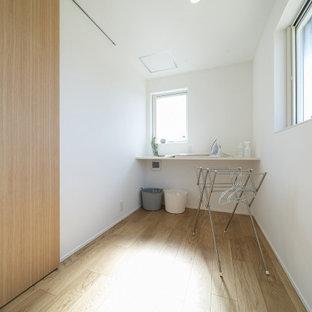 Inredning av ett modernt uterum, med plywoodgolv, tak och brunt golv