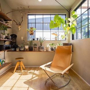 Idées déco pour une petit véranda industrielle avec un sol en bois clair, un plafond standard et un sol beige.