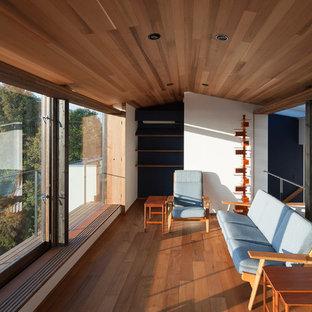 東京23区のアジアンスタイルのおしゃれなサンルーム (無垢フローリング、標準型天井、茶色い床) の写真