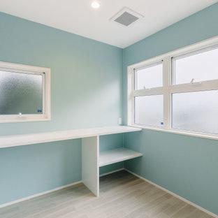 Bild på ett mellanstort uterum, med plywoodgolv, tak och beiget golv