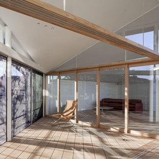 横浜のコンテンポラリースタイルのおしゃれなサンルーム (無垢フローリング、標準型天井、茶色い床) の写真