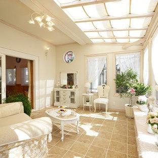 他の地域のヴィクトリアン調のおしゃれなサンルーム (セラミックタイルの床、天窓あり、ベージュの床) の写真