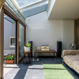 東京23区のコンテンポラリースタイルのおしゃれなサンルーム (磁器タイルの床、ガラス天井、黒い床) の写真