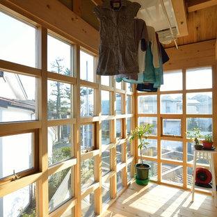 Cette photo montre une véranda asiatique avec un sol en bois brun, un plafond standard et un sol marron.