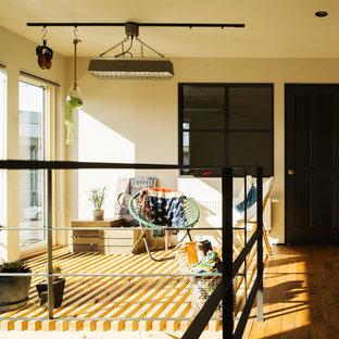 日本 札幌のインダストリアルスタイルのサンルームの写真 (無垢フローリング、標準型天井、茶色い床)
