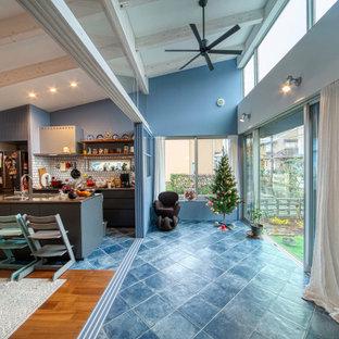 Cette photo montre une véranda méditerranéenne de taille moyenne avec un sol en carrelage de céramique, un plafond standard et un sol turquoise.
