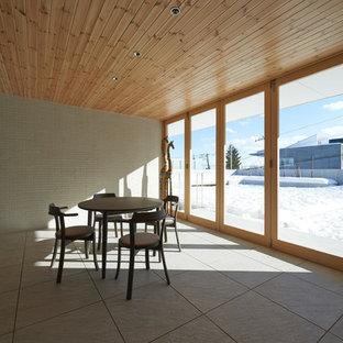 Imagen de galería escandinava, sin chimenea, con suelo de baldosas de cerámica, techo estándar y suelo blanco