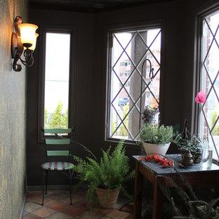 Foto på ett uterum, med klinkergolv i terrakotta och flerfärgat golv