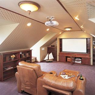 他の地域のヴィクトリアン調のおしゃれなシアタールーム (マルチカラーの壁、カーペット敷き、紫の床) の写真