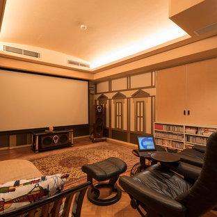 Ispirazione per un home theatre nordico con pareti multicolore, parquet chiaro, schermo di proiezione e pavimento marrone