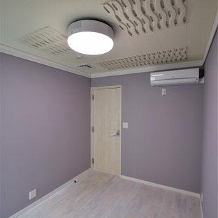 Ispirazione per un home theatre industriale di medie dimensioni con pavimento in legno verniciato e pavimento bianco