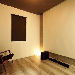 Abgetrenntes Heimkino mit bunten Wänden, Sperrholzboden, Leinwand und beigem Boden in Sonstige