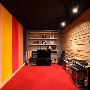 他の地域のトラディショナルスタイルのおしゃれな独立型シアタールーム (マルチカラーの壁、赤い床) の写真