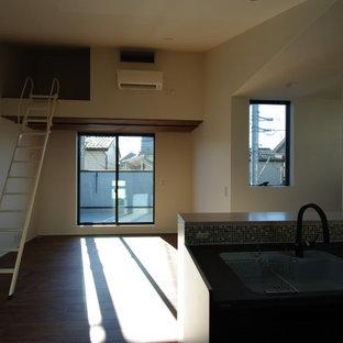 Kleines, Offenes Modernes Heimkino mit weißer Wandfarbe, Sperrholzboden, Leinwand und braunem Boden in Tokio Peripherie