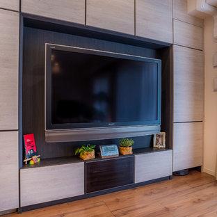 Großes, Offenes Nordisches Heimkino mit weißer Wandfarbe, Sperrholzboden, Wand-TV und braunem Boden in Sonstige