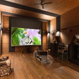 東京都下のコンテンポラリースタイルのおしゃれなシアタールーム (無垢フローリング、プロジェクタースクリーン、茶色い壁、茶色い床) の写真