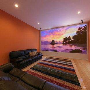 エクレクティックスタイルのおしゃれな独立型シアタールーム (オレンジの壁、淡色無垢フローリング、プロジェクタースクリーン、ベージュの床) の写真