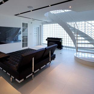 他の地域, のコンテンポラリースタイルのおしゃれなシアタールーム (白い壁、壁掛け型テレビ、ベージュの床) の写真
