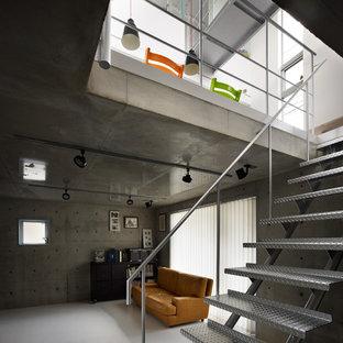 Mittelgroßes, Abgetrenntes Industrial Heimkino mit grauer Wandfarbe, Linoleum, Wand-TV und weißem Boden in Tokio