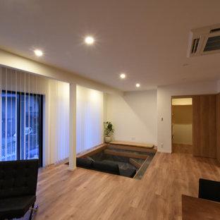 Großes Modernes Heimkino mit weißer Wandfarbe, Sperrholzboden und braunem Boden in Kobe