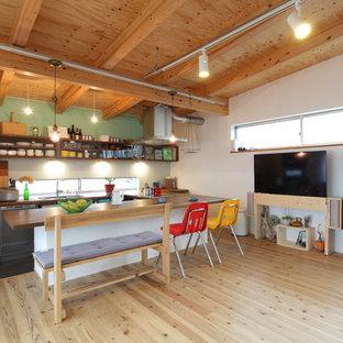 Diseño de comedor asiático, abierto, con suelo de madera clara, suelo marrón y paredes verdes