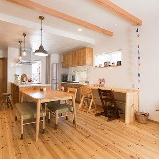 他の地域のアジアンスタイルのおしゃれなLDK (白い壁、淡色無垢フローリング、暖炉なし、茶色い床) の写真