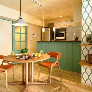 他の地域のトランジショナルスタイルのLDKの画像 (ベージュの壁、淡色無垢フローリング、ベージュの床)