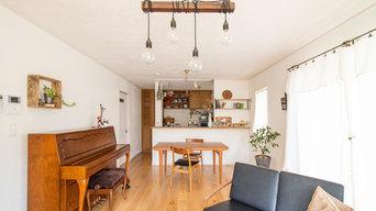 ご夫婦自らが塗った、こだわりの白い壁。調和する無垢と、溶け込むアンティーク家具