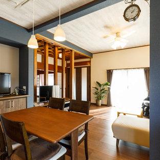 他の地域の広い和風のおしゃれなダイニング (暖炉なし、茶色い床、青い壁、無垢フローリング) の写真