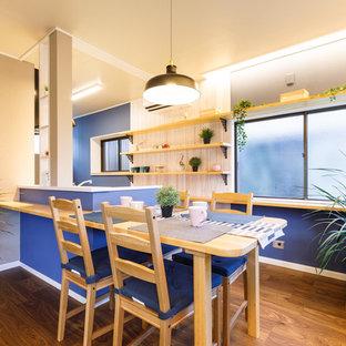 他の地域の小さい北欧スタイルのおしゃれなダイニング (青い壁、濃色無垢フローリング、暖炉なし、茶色い床) の写真