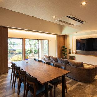 他の地域のミッドセンチュリースタイルのおしゃれなLDK (白い壁、塗装フローリング、茶色い床) の写真