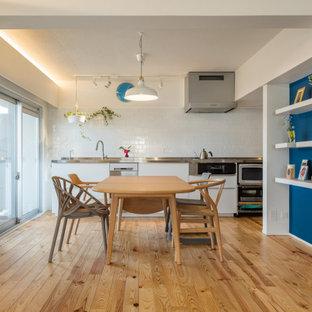 Exemple d'une grand salle à manger ouverte sur le salon moderne avec un mur blanc, un sol en bois brun, aucune cheminée, un sol beige, un plafond en poutres apparentes et du lambris de bois.
