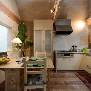 他の地域のアジアンスタイルのおしゃれなダイニングキッチン (ベージュの壁、濃色無垢フローリング、茶色い床) の写真