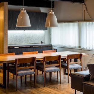 他の地域の中くらいのコンテンポラリースタイルのおしゃれなLDK (白い壁、塗装フローリング、薪ストーブ、コンクリートの暖炉まわり、茶色い床、表し梁、塗装板張りの壁) の写真