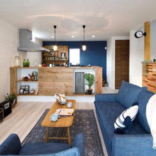 他の地域の中くらいのインダストリアルスタイルのおしゃれなLDK (白い壁、淡色無垢フローリング、暖炉なし、ベージュの床) の写真