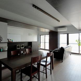 Imagen de comedor minimalista, abierto, con paredes blancas, suelo de contrachapado y suelo beige