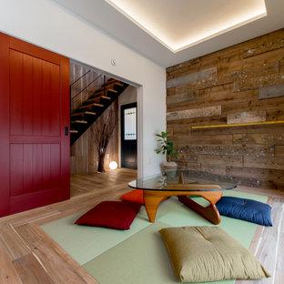 大阪の広いアジアンスタイルのおしゃれなLDK (白い壁、無垢フローリング、茶色い床、板張り壁) の写真