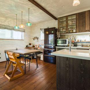 他の地域のラスティックスタイルのおしゃれなダイニングキッチン (濃色無垢フローリング、茶色い床、白い壁) の写真