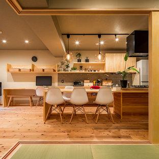東京23区のおしゃれなLDK (白い壁、無垢フローリング、茶色い床) の写真