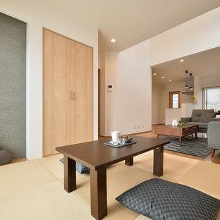 Cette image montre une salle à manger asiatique avec un mur blanc, un sol de tatami et un sol marron.