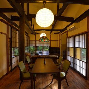 他の地域のアジアンスタイルのおしゃれなダイニング (ベージュの壁、濃色無垢フローリング、茶色い床、表し梁、三角天井) の写真