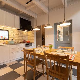 他の地域のインダストリアルスタイルのおしゃれなダイニングキッチン (白い壁、マルチカラーの床) の写真